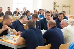 Le-pape-Francois-s-invite-a-dejeuner-parmi-les-employes-du-Vatican_article_main.jpg